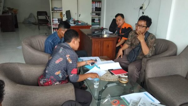 Suasana saat pelapor melaporkan ke dua caleg tersebut ke Bawaslu Kabupaten Lamongan
