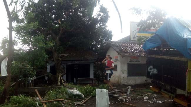 sejumlah bangunan yang hancur terkena puting beliung (istimewa)