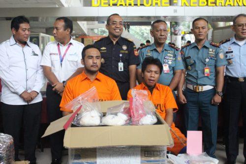 PENYELUNDUP - Dua tersangka penyelundupan sabu-sabu seberat 1,23 kilogram atau 1.230 gram, Juhar dan M Fakaruddin diamankan petugas gabungan Bea Cukai Juanda beserta barang buktinya, Senin (18/03/2019).