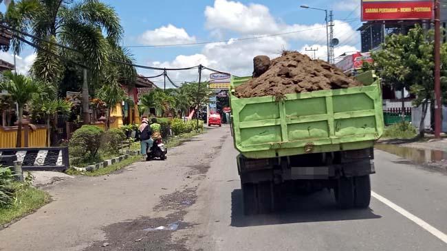 Truk Muat Tanah Tanpa Terpal Usik Pemakai Jalan