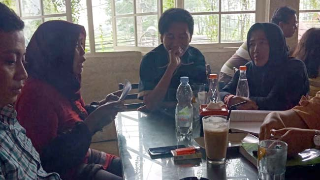 Emak-Emak Desa Ketegan Tolak Bongkar Pasang Ijin Rumah Persemayaman Jenazah Surga Pelangi (1berambung )