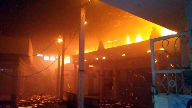 TERBAKAR - Pondok Pesantren (Ponpes) Jabal Noer di JL Mangga, Kelurahan Geluran, Kecamatan Taman, Sidoarjo terbakar dipadamkan 5 mobil PMK, Rabu (15/5/2019) petang