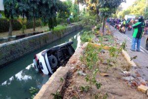 Kepergok Motor Ngerem Ndadak, Terios Warga Malang Nyemplung Sungai