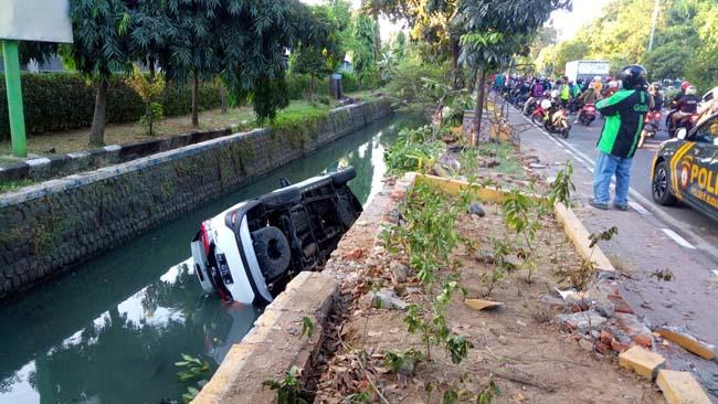 NYEMPLUNG - Sebuah mobil Daihatsu Terios bernopol N 1275 FH yang dikemudikan Iwan Supriyadi (32), warga Dusun Golek, Desa Karangduren, Kecamatan Pakisaji, Kabupaten Malang terjebur sungai usai mengerem mendadak, Sabtu (25/05/2019)