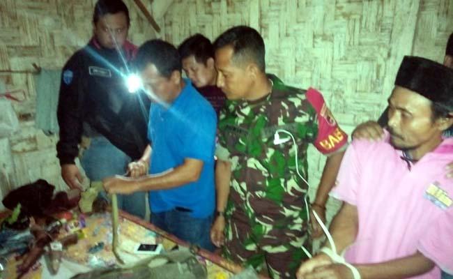 pihak TNI dan Kepolisian saat menggrebek rumah Jumari