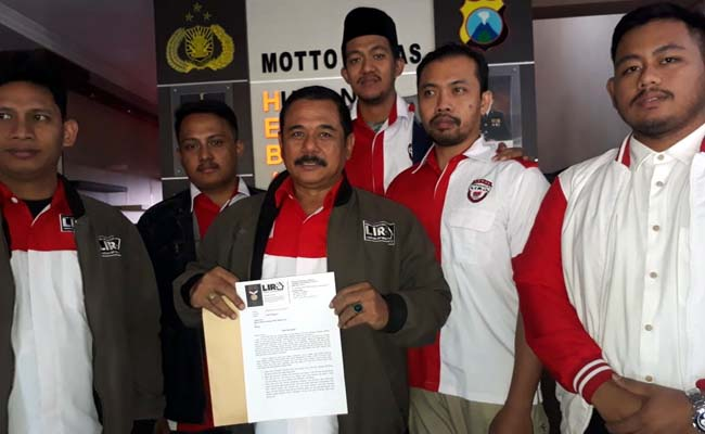 Koordinator LIRA Malang Raya HM Zuhdy Achmadi dan anggotanya usai mengajukan pengaduan di Mapolres Malang Kota. (gie)