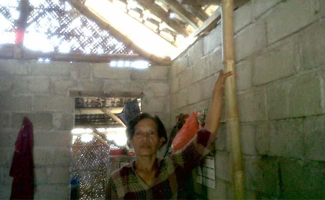 BANTUAN RTLH : warga miskin di Desa Sumberejo tampak menunjukkan rumahnya yang sempat memperoleh bantuan RTLH Desa Sumberejo. (Tik)