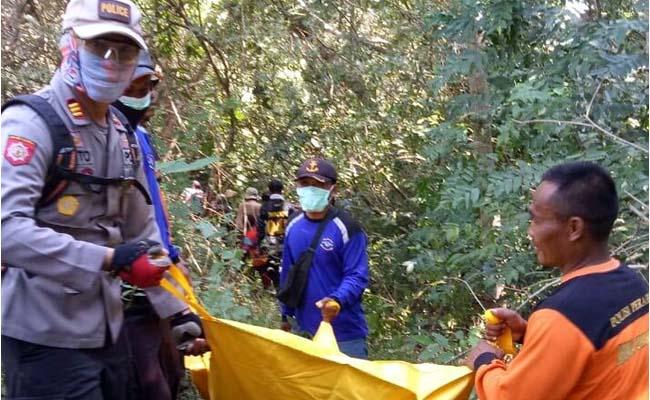 EVAKUASI : Polsek Tempurejo bersama Tim melakukan evakuasi mayat Samo di hutan Nanggelan. (ist)