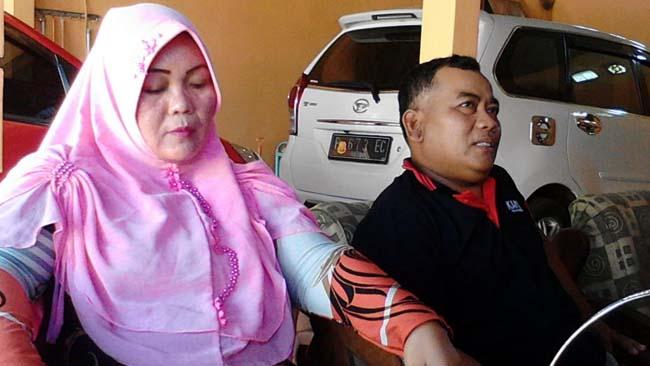 MENGELUH: Hj Warda orang tua siswa saat ditemui Wartawan Memontum.com, Minggu (23/06/2019). (Her)