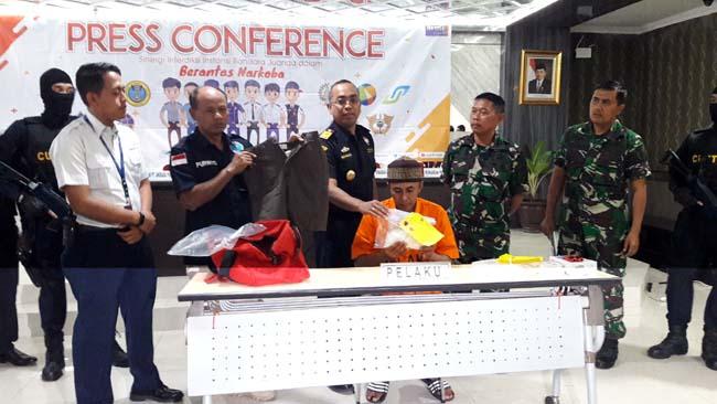 TERSANGKA - Kepala KPPBC Tipe Madya Pabean Juanda, Budi Harjanto menunjukkan tersangka penyelundupan sabu-sabu 815 gram, Mulyono (54) warga Desa Tamberu Timur, Sokobanah, Sampang, Madura, Kamis (27/06/2019)