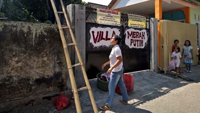 Gerbang Digembok, Janda 1 Anak Keluar Rumah Musti Naik Pagar