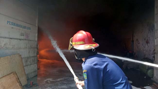 PADAMKAN - Sebanyak 8 unit mobil Pemadam Kebakaran (PMK) dikerahkan untuk padamkan api di pergudangan olie bekas di JL Jabon, Desa Tambaksawah, Kecamatan Waru, Sidoarjo, Rabu (12/06/2019)
