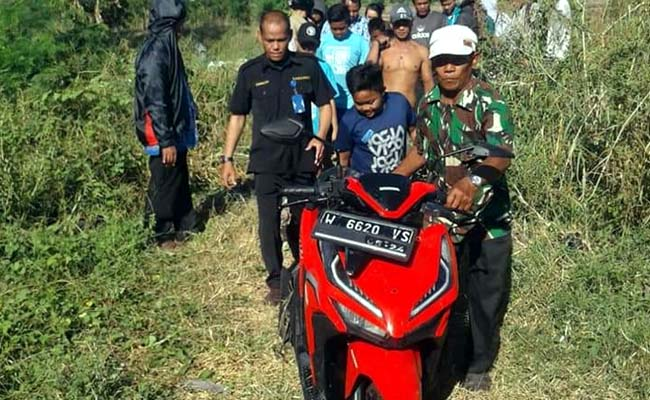 DIAMANKAN - Sebuah motor Honda Vario merah bernopol W 6620 VS yang ditemukan di Sungai Gebang, Jalur Lingkar Timur, Desa Gebang, Kecamatan/Kabupaten Sidoarjo dievakuasi diamankan ke Polsek Sidoarjo Kota, Senin (17/06/2019)