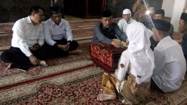 NIKAH - Tahanan kasus narkoba, Polresta Sidoarjo, Ryan Dwi Agus Diantoro menikahi kekasihnya Fina Anjelina, warga Gedangan, Sidoarjo di Masjid As Siddiq, Polresta Sidoarjo, Senin (24/06/2019)