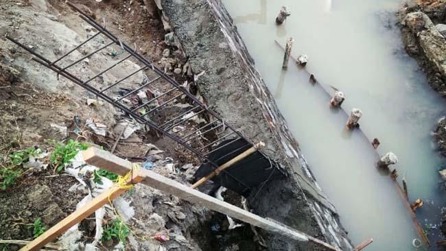 Besi kolom delitasi yang dipasang di setiap jarak 12 meter untuk melokalisasi jika sewaktu-waktu plengsengan ambrol . (par)
