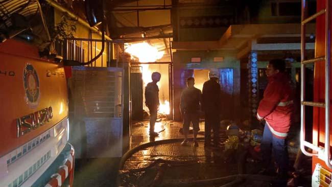 Situasi anggota damkar kota probolinggo saat berusaha memadamkan api (istimewa)