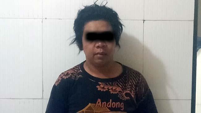 DIHAJAR - Tersangka Parji (35) warga JL Sarogo, Desa Kampungbaru, Kecamatan Cepu, Kabupaten Blora, Jawa Tengah babak belur usai dihajar warga karena ketahuan mencuri HP Samsung, Rabu (19/06/2019) malam