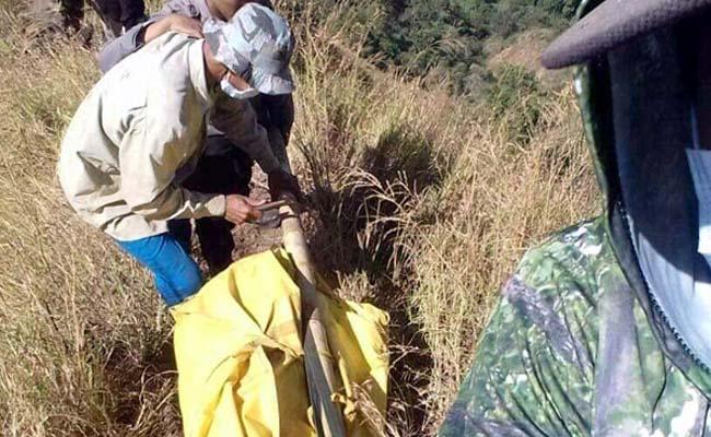 DIEVAKUASI: Mayat Thoriq saat digotong tim pencarian gabungan dari lereng Bukit Piramid Pegunungan Argopuro