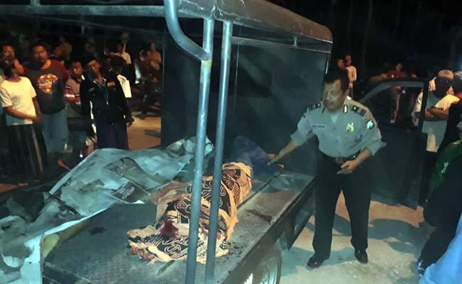 EVAKUASI : Kedua korban saat di atas mobil polisi hendak dibawa ke RSU Balung. (ist)