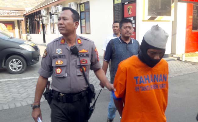 DITAHAN - Tersangka Muslimin (39) warga Desa Buncitan, Kecamatan Sedati, Sidoarjo dijebloskan ke dalam tahanan lantaran menghamili anaknya, Rabu (31/07/2019).