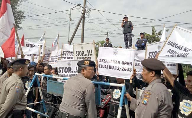 DEMO : Aksi Unjuk Rasa anggota Sarbumusi perihal di PHK 22 anggotanya di depan gudang Mpoin