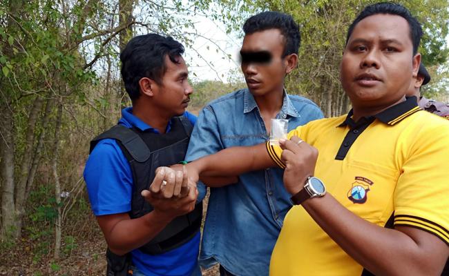 Moh Nur Holis (tengah) saat ditangkap oleh anggota reskrim Polres Bangkalan