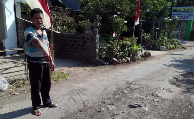 Warga Desa Singogalih menunjuk jalan yang pernah diperbaiki dan rusak lagi (par)