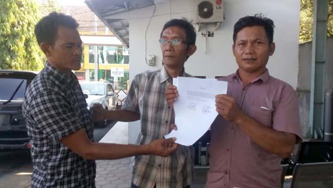 ADUKAN : Warga Desa Glundengan melaporkan biaya sertifikat ke Kejari Jember. (gik)