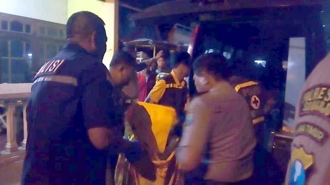 EVAKUASI - Petugas Polresta Sidoarjo dan Polsek Waru mengevakuasi dua korban pembacokan yang bersimbah darah, Nur Aeni (25) dan M Rofi'i (28) warga JL Brigjen Katamso III, Dusun Balongpoh, Desa Kedungrejo, Kecamatan Waru, Sidoarjo, Senin (29/07/2019) malam
