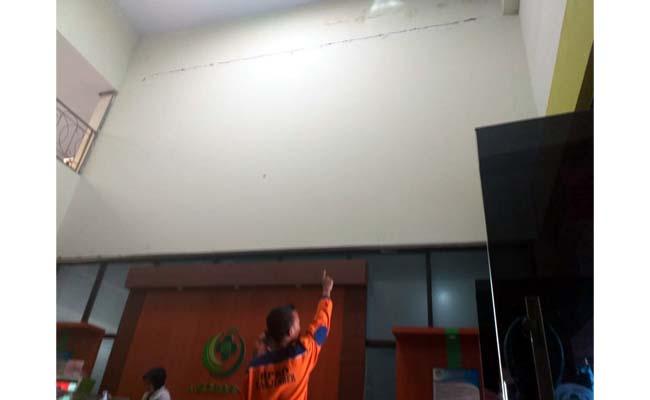 Kondisi atap ruang kelas dan dinding RS Soebandi yang retak akibat gempa