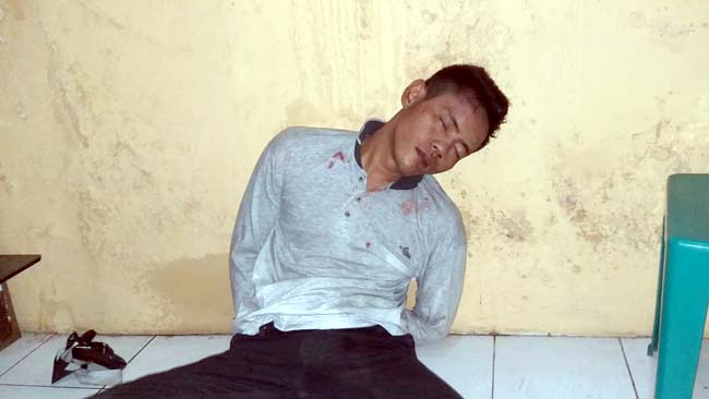 Pelaku setelah di massa oleh warga mayangan dan berada di ruang penyidikan polsek mayangan. (Pix)