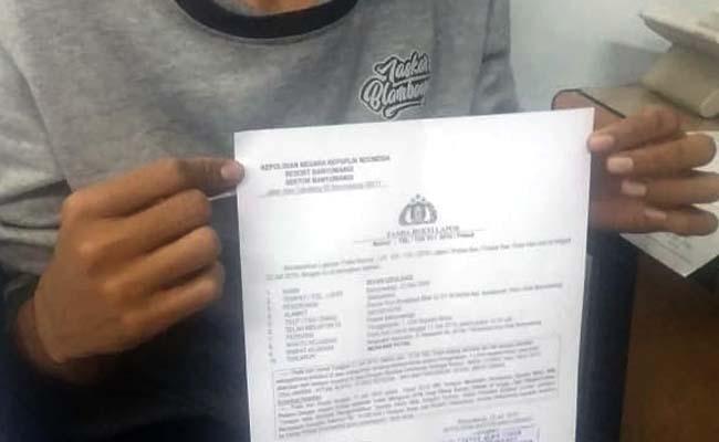 BUKTI : Riyan Izzulhaq memperlihatkan laporan polisi atas kehilangan sepeda motor yang diduga dibawa kabur tamu homestay. (ras)