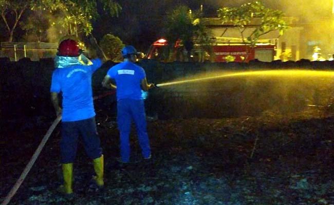 PADAM : Petugas pemadam kebakaran saat mencoba memadamkan api. (ist)
