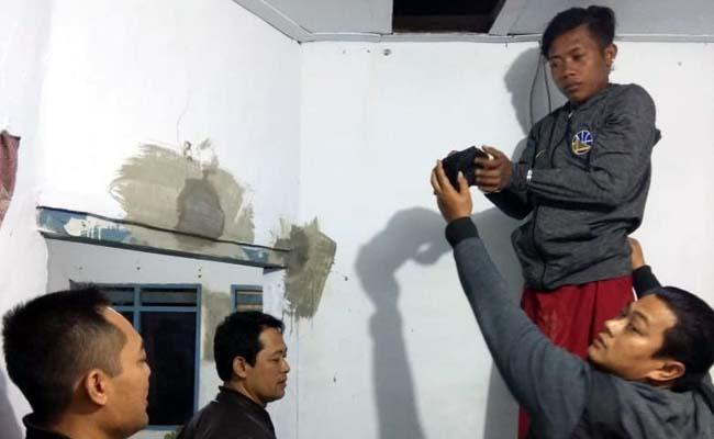 TKP : Tersangka Septian Aji Prayogo saat diciduk dirumahnya oleh anggota Reskrim Polsek Genteng, Senin (22/7/2019) malam