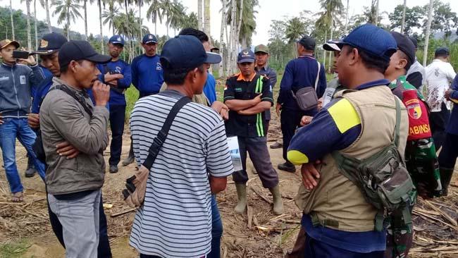 PATOK : Warga Dusun Sumberdadi, Desa Kandangan Ketika Memasang Patok di Lahan Milik Perkebunan PTPN XII Sumberjambe, Kamis (25/7/2019) siang. (tut)