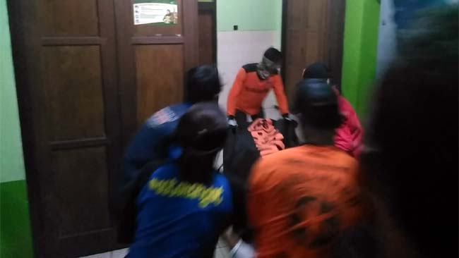PULANG : Jenazah korban sampai di kamar jenazah Celaket. (sos)