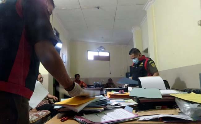PROSES : Kejaksaaan Negeri Sampang saat melakukan penggeledahan di Dinas Pendidikan Sampang. (zyn)