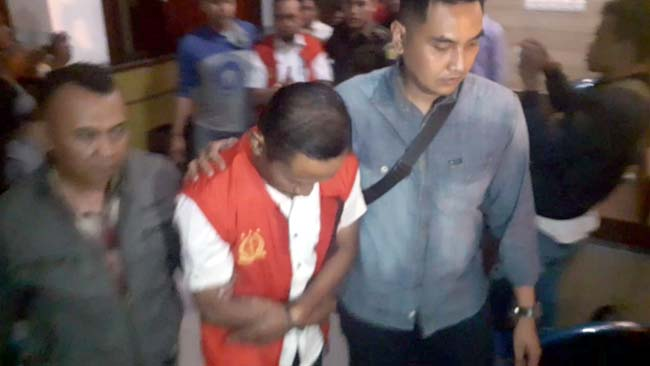 BUI : Tersangka AR dan MEW saat dibawa petugas ke rumah tahanan. (zyn)