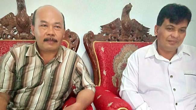 RILIS : Ahmad Nehro Jaeni Ketua LSM Yasra Siar Dinamika Indonesia pakai baju putih didampingi Anang Tabrani. (tut)