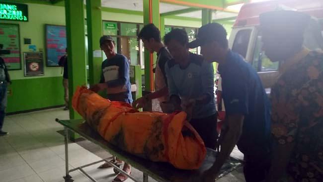 TIBA : kasun Sukosari, Sumariyanto membantu penurunan jenazah korban. (sos)