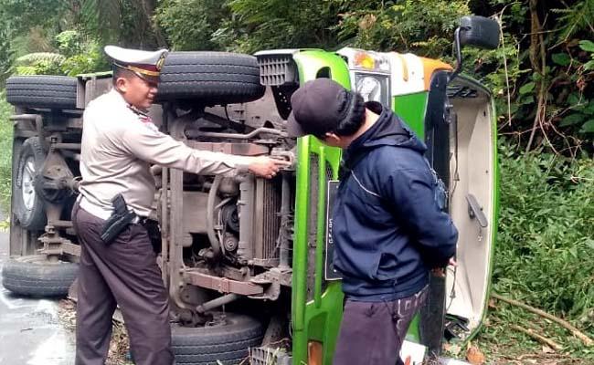 TP TKP : Anggota Satlantas Polres Banyuwangi ketika memeriksa kendaraan yang membawa 10 turis terguling dijalur Kawah Ijen, Jum'at (19/7/2019) siang