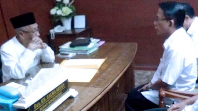 HADAP BUPATI BONDOWOSO: Kepala BKD Bondowoso Alun Taufana Sulistiyadi saat menyerahkan surat pengunduran diri dari jabatannya