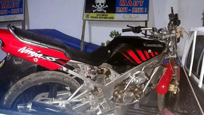 Motor ninja yang dikendarai Mustur. Saat ini diamankan di Laka Lantas Polres Malang Kota. (Ist)