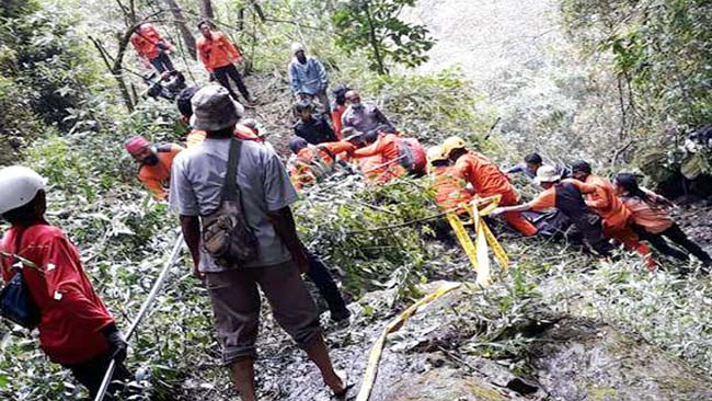 TAK MENYERAH: Tim pencarian gabungan menuju medan sulit tempat ditemukannya mayat Thoriq