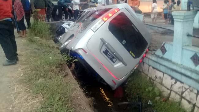 OLENG : Mobil Minibus yang banting setir ke selokan akibat sopir mengantuk