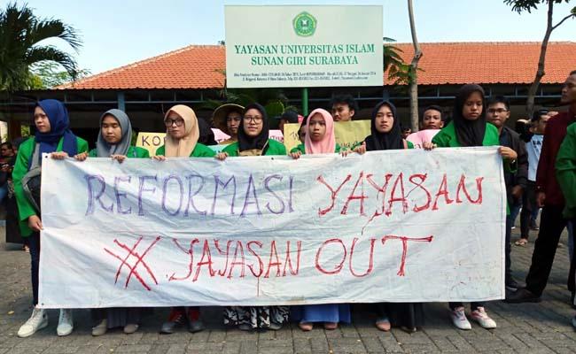 DEMO - Ratusan mahasiswa Universitas Sunan Giri Surabaya (Unsuri) yang berlokasi di JL Brigjen Katamso, Kecamatan Waru, Sidoarjo demo membentangkan spanduk, Senin (8/7/2019)