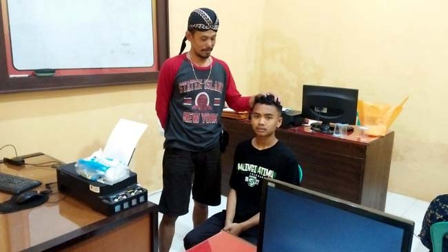 SANJIPAK : Tersangka Muhammad Diki Prasetio menjalani pemeriksaan di Mapolsek Sumbersari