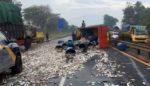 Truk Mujaer Terguling Tutup Jalan Tol Porong