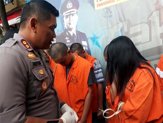 Kapolres Malang Kota AKBP Asfuri saat merilis 17 tersangka narkoba. (gie)