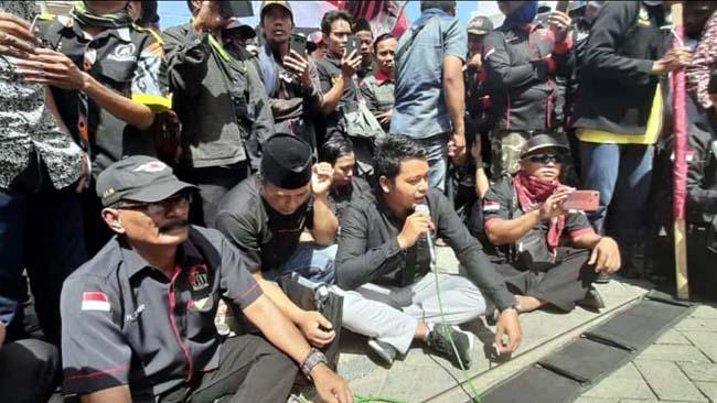 Demonstran saat berdialog dengan pimpinan cabang BRI Sampang. (zyn)